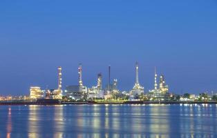 raffineria di petrolio a bangkok durante la notte foto