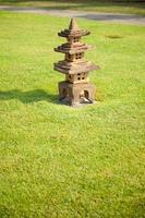 lanterna di pietra sull'erba foto