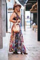 donna che cammina per strada con un grande sorriso foto