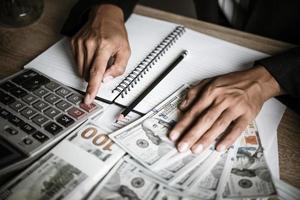 uomo d'affari che calcola la crescita finanziaria e gli investimenti foto