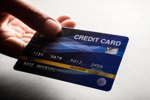 mano che tiene una carta di credito
