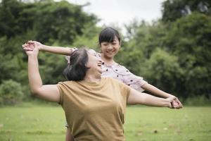 nonna che gioca con la nipote all'aperto nel parco