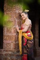 donna che indossa un tipico abito thailandese foto