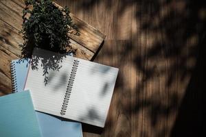 vista dall'alto del notebook sulla scrivania soleggiata foto