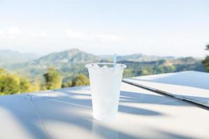 bicchiere di plastica sul tavolo foto
