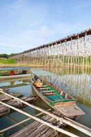 barche sotto il ponte in thailandia