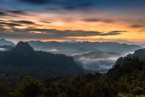 nebbia sulle montagne all'alba