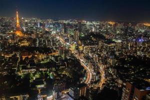 tokyo, giappone, 2020 - colorato paesaggio urbano vista notturna