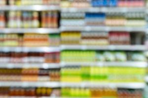 scaffali del supermercato sfocati foto