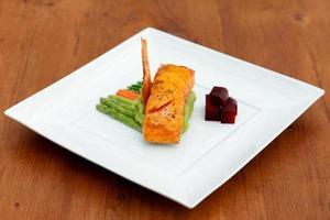 piatto di salmone su un piatto foto