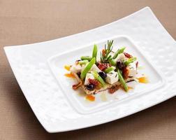 antipasto di formaggio fresco con verdure e frutta foto
