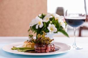 piatto di bistecca con vino foto