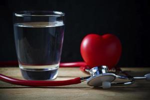 stetoscopio e cuore rosso con acqua
