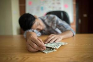 uomo che dorme con banconote da un dollaro