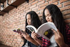 studentesse che leggono libri in biblioteca