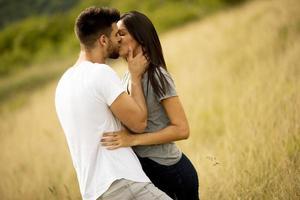 felice giovane coppia innamorata al campo in erba