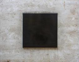 cartello quadrato nero con uno spazio vuoto su un edificio foto