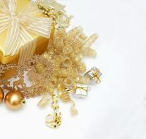 sfondo di natale con decorazioni in oro foto