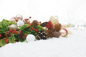 sfondo di decorazioni natalizie con la neve foto