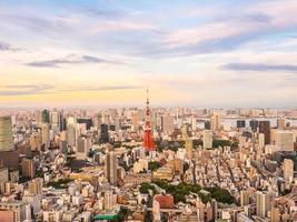 vista aerea della città di tokyo al tramonto foto