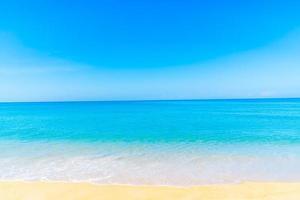 bellissima spiaggia di sabbia e mare foto
