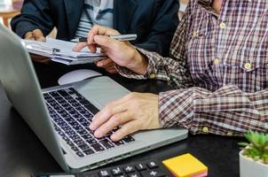 una riunione di lavoro per esaminare documenti e informazioni su marketing e rendiconti finanziari, rapporti e pianificazione aziendale foto