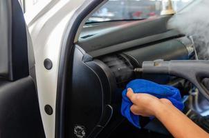 pulizia a vapore nelle prese d'aria dell'auto