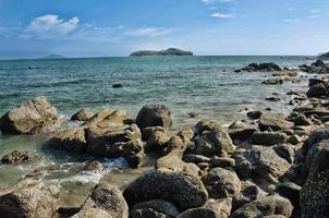 rocce, mare e cielo blu a phuket, thailandia