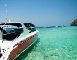 estate, viaggi, vacanze e concetto di vacanza - motoscafo in mare a phuket, thailandia