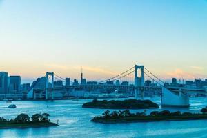 paesaggio urbano della città di tokyo con il ponte arcobaleno