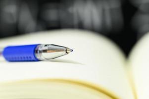 una penna su un libro foto