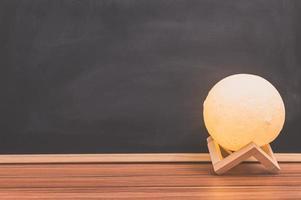 lampada a forma di luna sulla scrivania