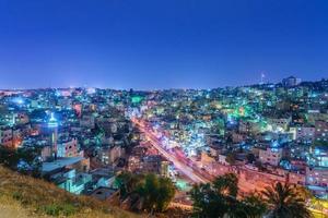 paesaggio urbano del centro di Amman al crepuscolo, in Giordania