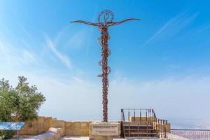 la scultura a croce serpentina in cima al monte nebo, giordania.