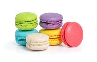 macarons colorati su sfondo bianco foto