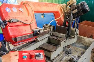 lavoratore industriale taglio acciaio foto