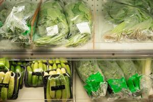 verdure confezionate su uno scaffale foto