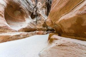 il siq, lo stretto canyon che funge da passaggio di ingresso a petra, in giordania