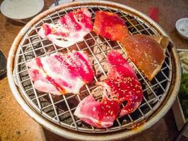 fetta di maiale premium alla griglia sul fornello yakiniku foto