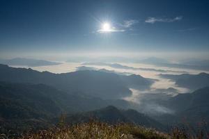 vista di paesaggio nebbioso dalla cima di una montagna