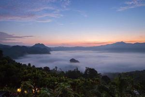 nebbia sopra le montagne all'alba