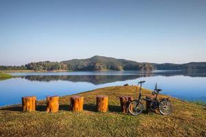 alba con la riflessione della montagna sul lago foto