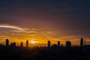 silhouette di paesaggio urbano al tramonto foto