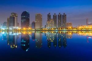 vista del paesaggio urbano della costruzione di riflessi in acqua