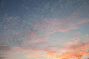 nuvole colorate al tramonto foto