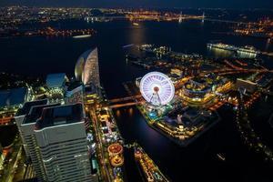 Kanagawa, Giappone, 2020 - Veduta aerea di un parco di divertimenti di notte