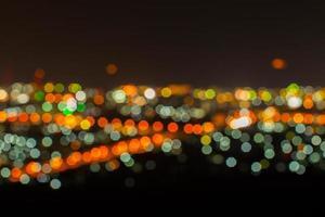 paesaggio urbano notturno sfocato