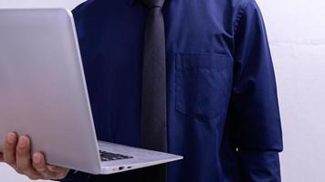 una persona in possesso di un laptop