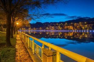 paesaggio urbano notturno con acqua
