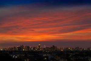 nuvole colorate al tramonto su una città